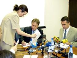 Ministar Kalmeta potpiisuje ugovore s bankama