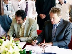 Ministar Kalmeta i Dražen Ladić potpisuju ugovor